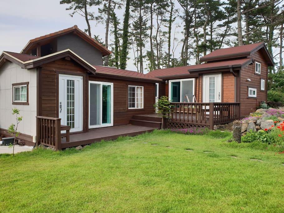 小木屋和阁楼小屋相比邻,虽是邻居,但是相互独立,除了阳台,并没有共用的其他空间