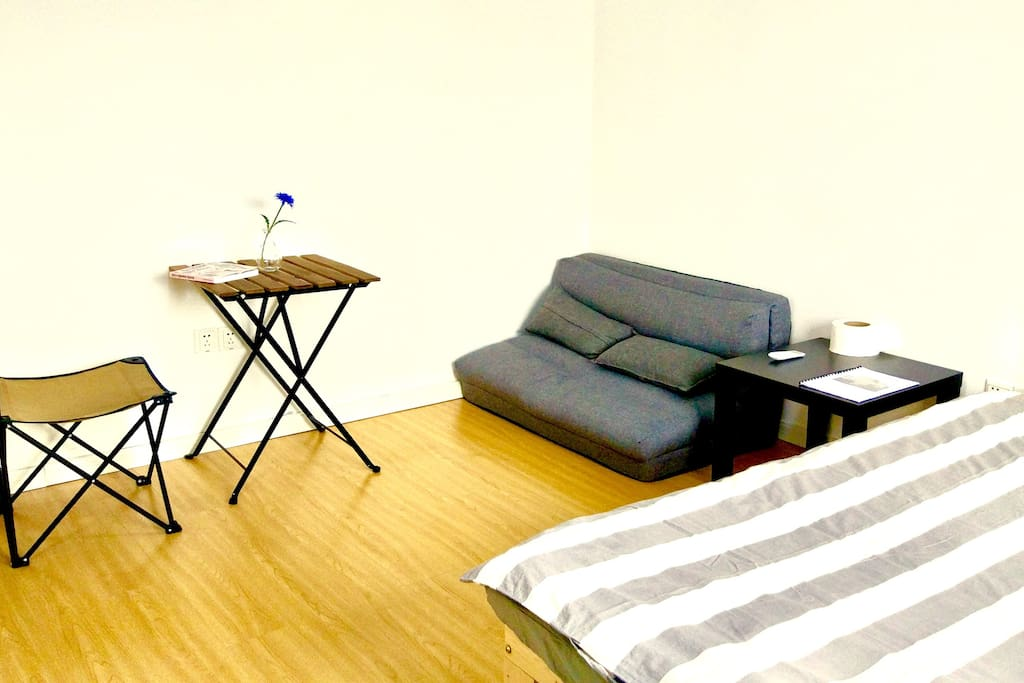 有一张沙发床。如果有需要,可以打开变成一个地铺。 sofa-bed is available in this room. It could be used as a bed if necessary.