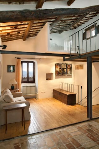 Lovely loft in medieval village - Spoleto - House