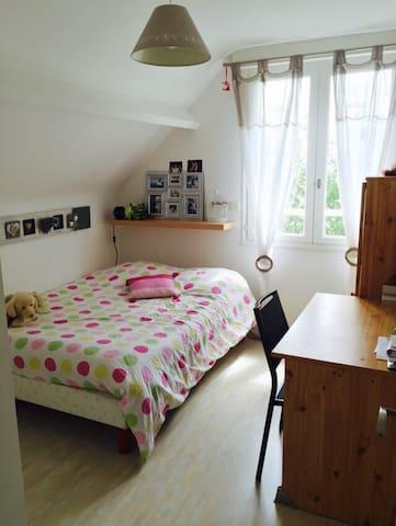 Chambre lit 140 dans maison calme - Bouchemaine - Casa