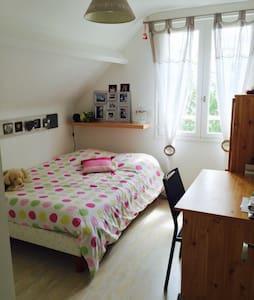 Chambre lit 140 dans maison calme - Bouchemaine