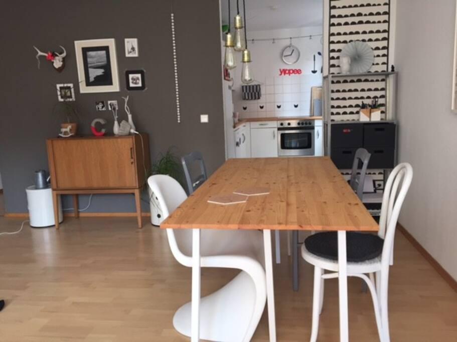 Wohnzimmer mit Blick in die offene Küche