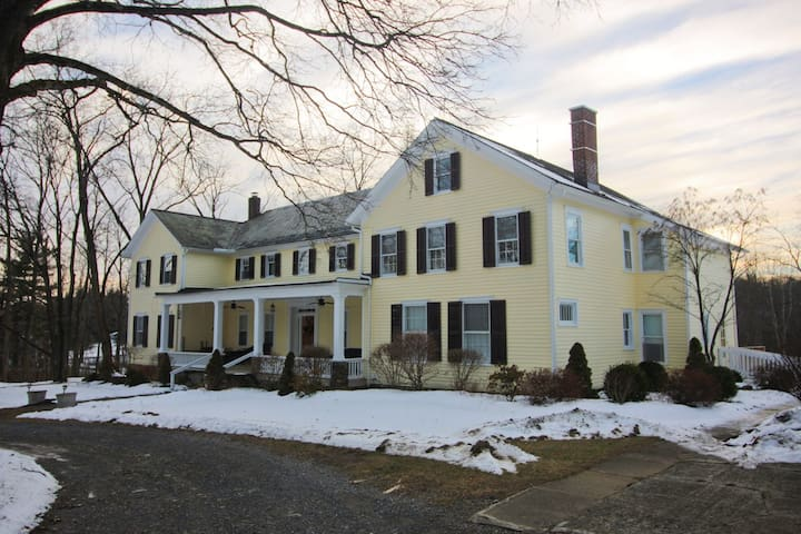 Warm 5-Bedroom Colonial Home--Hudson River Valley - Germantown - Huis