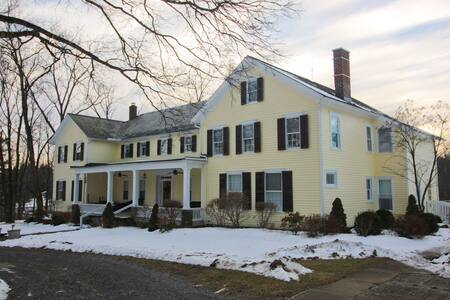 Warm 5-Bedroom Colonial Home--Hudson River Valley - Germantown - Hus