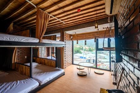 Phòng Dorm Việt Nam nhìn ra đại dương