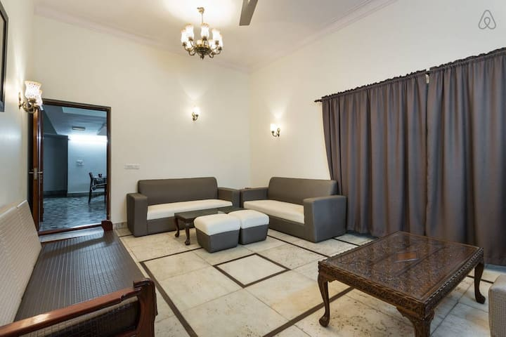 Private room with garden view - New Delhi - Huis