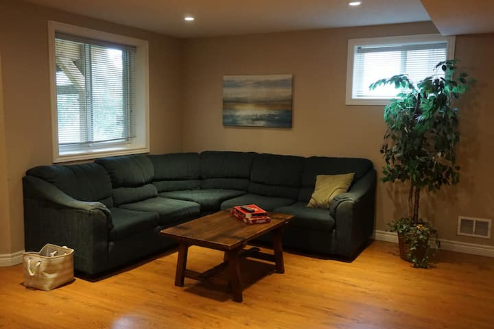 Spacious apartment close to the 401