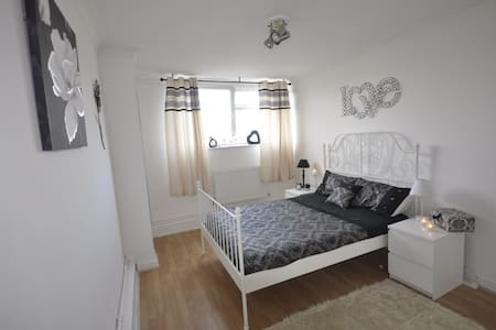 (CROP-B)PRIVATE ROOM FOR 2 PEOPLE IN SHOREDITCH - Lontoo - Huoneisto