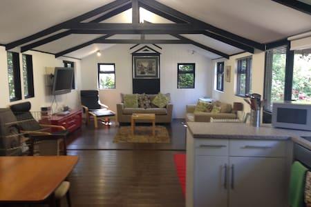 Garden cottage with tennis court - Cabin