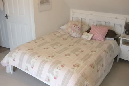 Lovely double with en-suite &free driveway parking