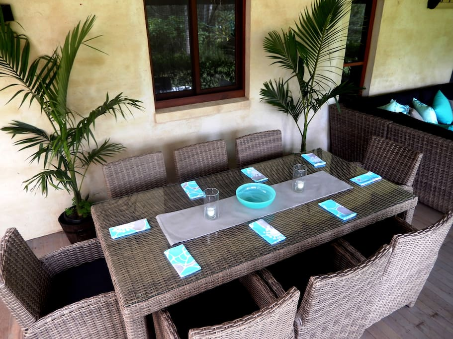 Outdoor Palm Dining in the Palm Lounge at Riverbend Byron Hinterland Retreat.