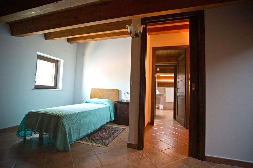 Camera singola con bagno privato pernottamento e - Casa esposta a ovest ...