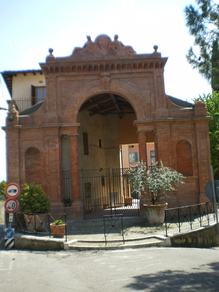 Front view of the  villa, access right after the arch on the left...