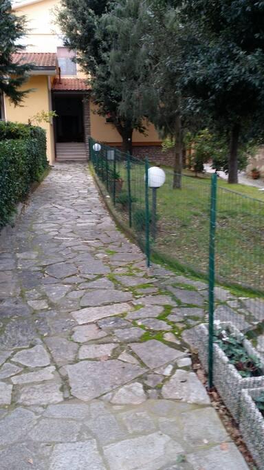 Il vialetto di ingresso della casa