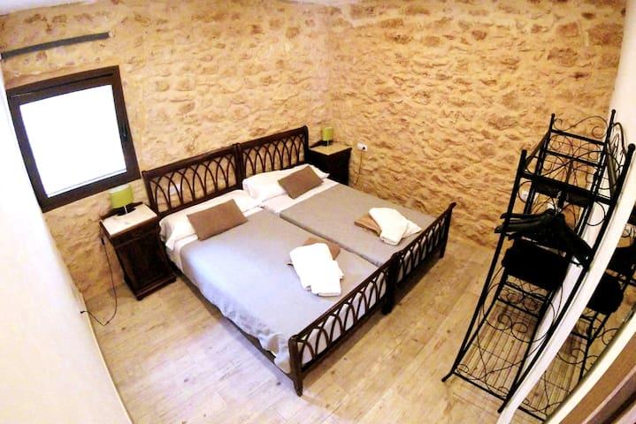 Upper space right room /  Dormitorio 2 del alojamiento superior