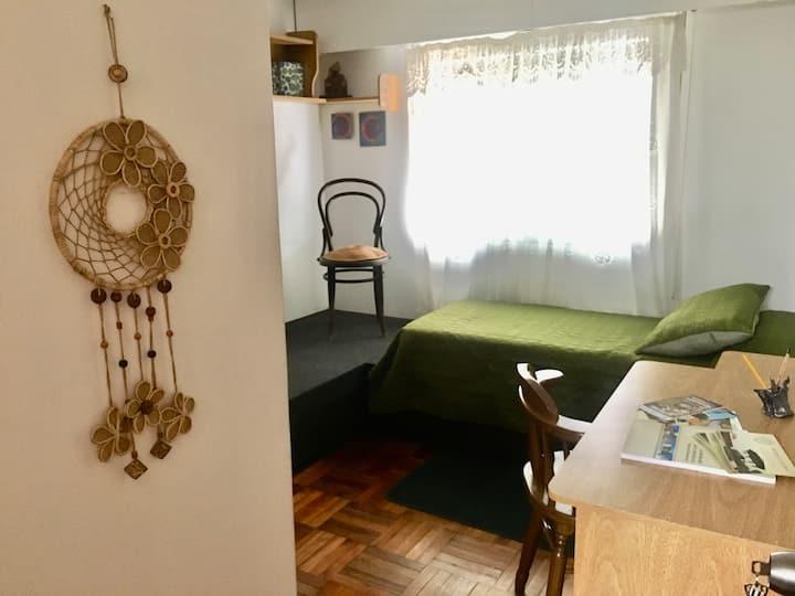 Habitación en mi casa - Cálida y cerca de todo!