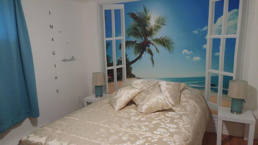 Chambre 2 avec garde-robe et téléviseur