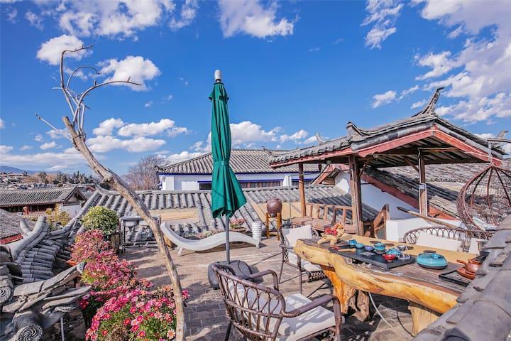 【观景复式家庭房】 家庭、朋友出游 休闲度假 带观景天台、花园、地暖 共享下午茶、酒吧 近木府