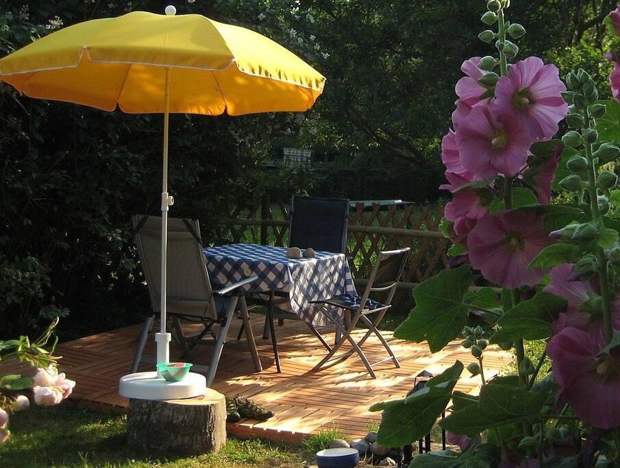 eigener Garten mit Holzterrasse und Gartenmöbeln, verschließbar für Hunde