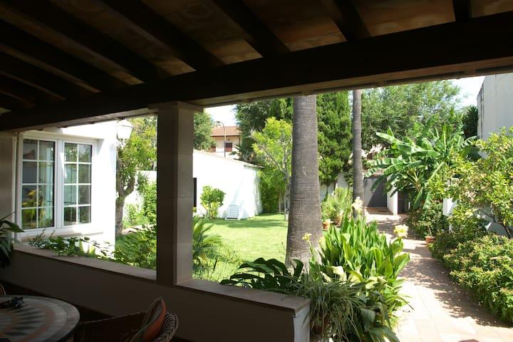Espaciosa casa con jardín