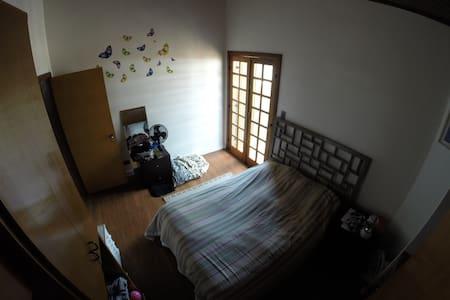 Quarto c/ confortável cama de casal
