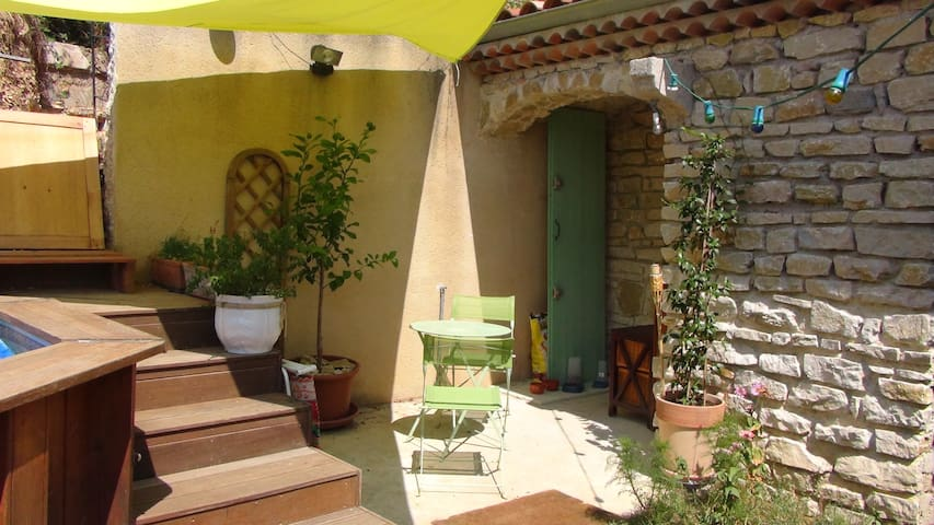 Maisonnette en pierres - Charmes-sur-Rhône - บ้าน