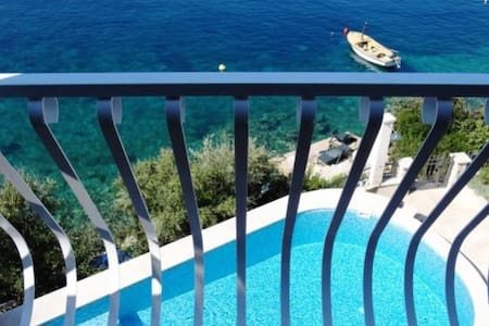 Rooftop Apartment with Pool - Maslinica - Apartmen