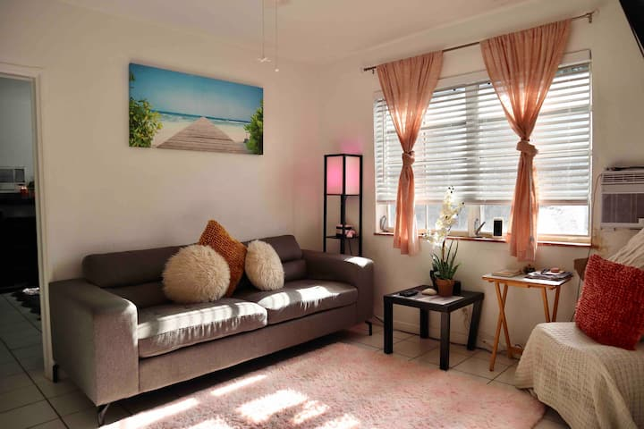 ★ Convenient girls shared room in SoBe !