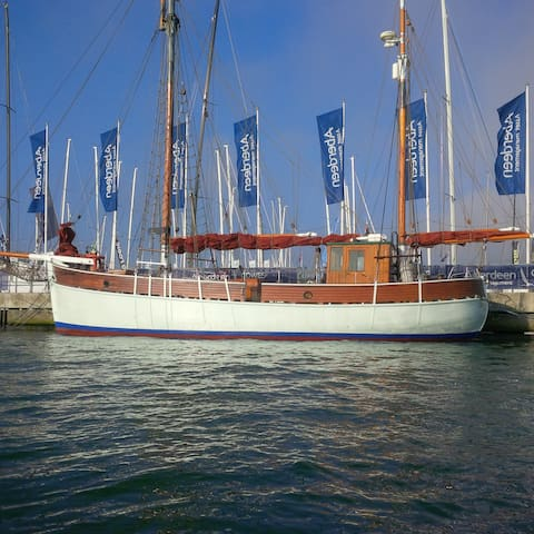Historic Wooden Boat in Popular Marina Sleeps 7 - Cowes