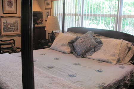 Large Artful Master Bedroom w/ Bath- Hot Breakfast