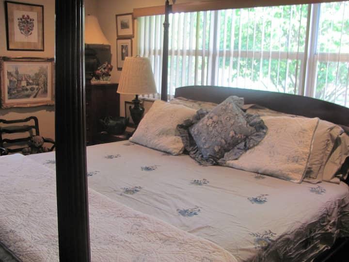 Large Artful Master Bedroom w/ Bath- Hot Breakfast