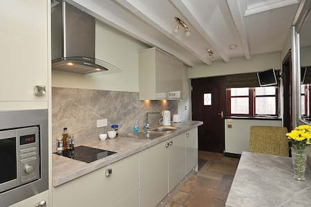 Apple: Luxury Compact Apartment - Ollerton