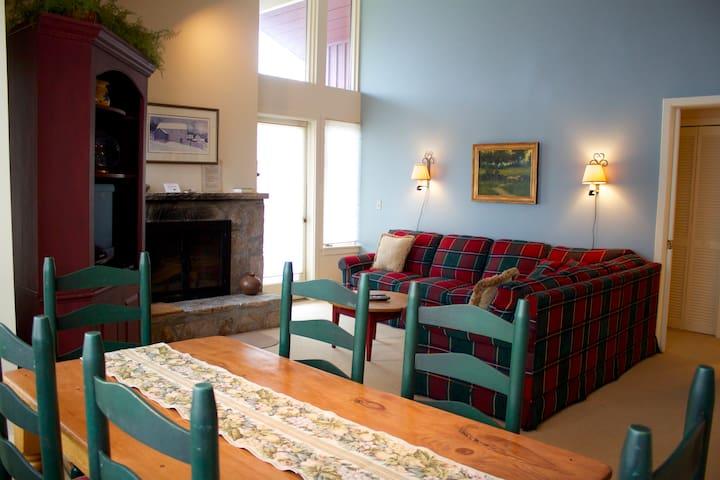Ski on ski off condo, great value - Stratton - Condominium