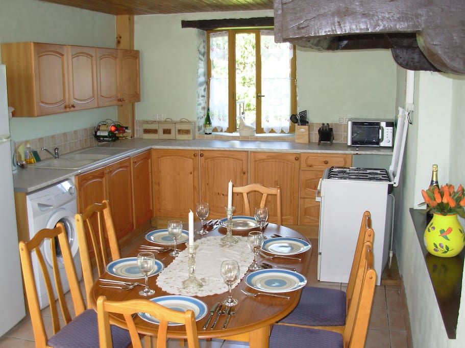 Full equipped dining kitchen with dishwasher
