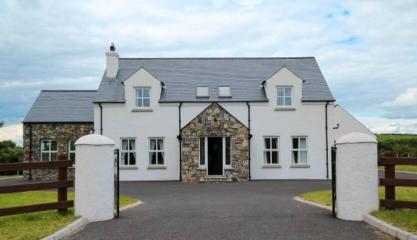 Sea & Mountain Cottage Sleep 10 - Newry