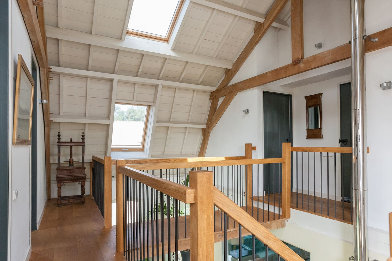 Ruim opgezet trappenhuis met zicht op de deur van Van VlotenHofstee 3
