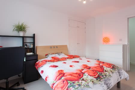 Ensuit room close to Canary Wharf - London - Apartment