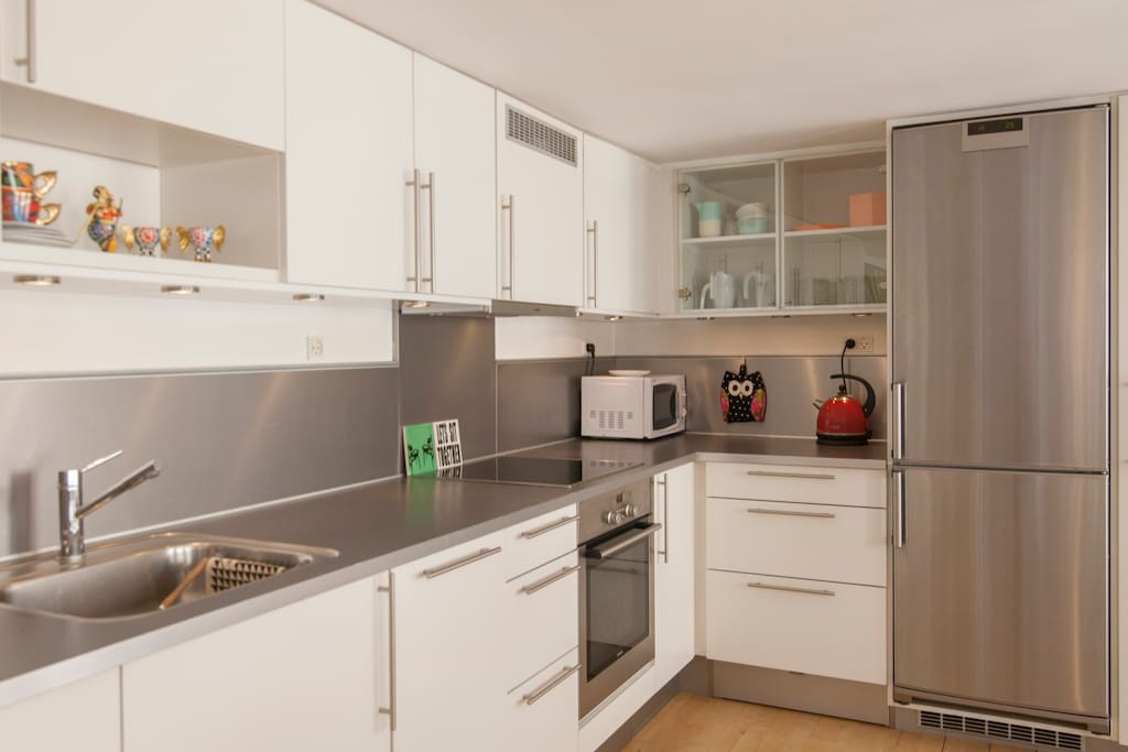 Fully equipped light kitchen with dishwasher, freezer and refrigerator.