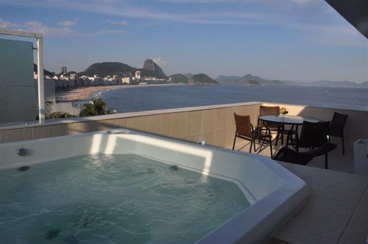 Com vista maravilhosa da praia de Copacabana