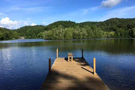 Lakeside retreat with private dock - Harriman