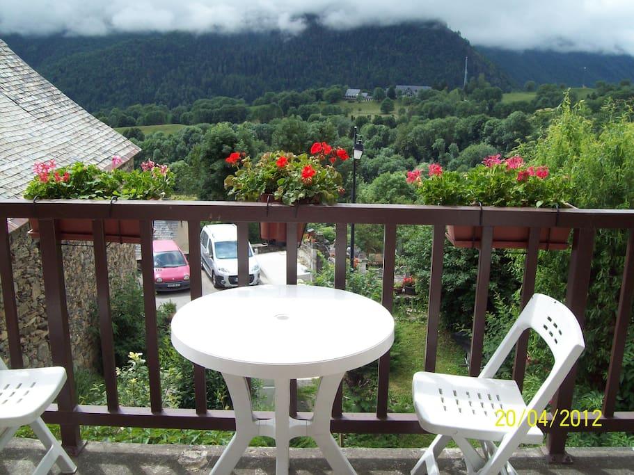 """Balcon privatif donnant sur les montagnes (""""les 3000"""")."""