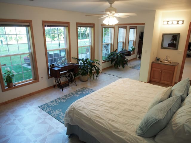 Beautiful Spacious Suite w/ Kitchen - Urbana - Huis