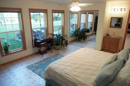 Beautiful Spacious Suite w/ Kitchen - Urbana - Hus