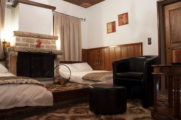 Cosy room in a traditional guest house in Zagori - Monodendri