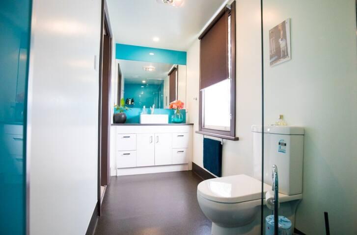 Walk-in shower, non-slip floor