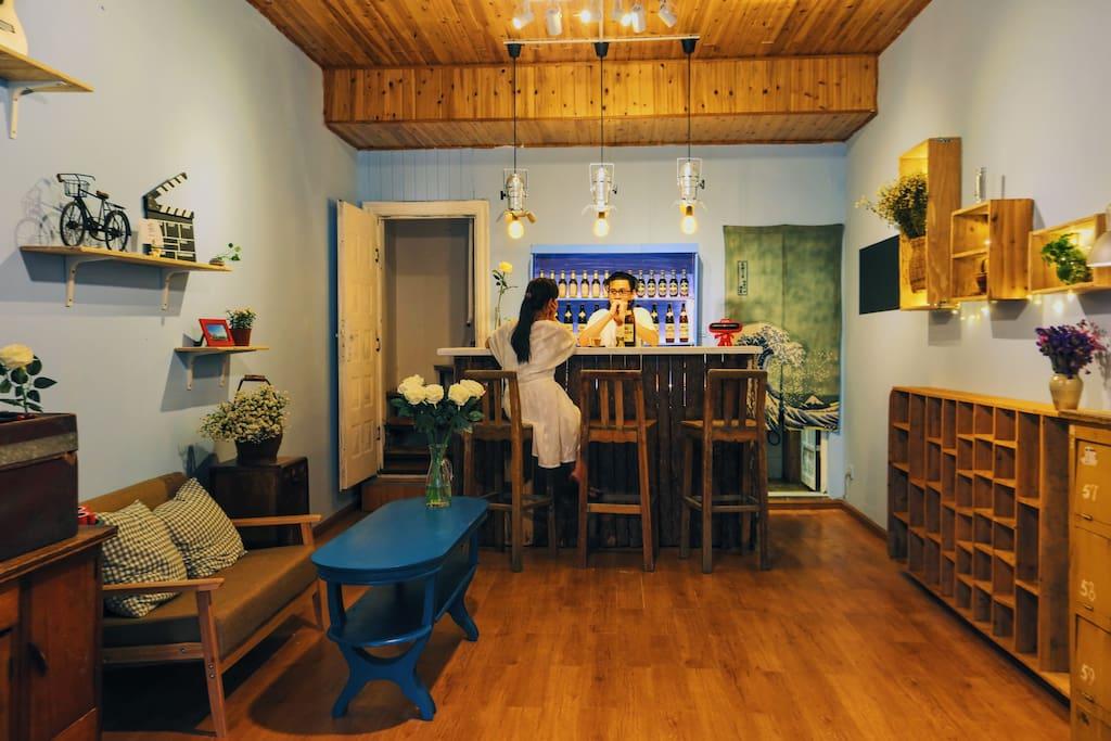 在一楼住客可随意冲泡咖啡、果茶、喝啤酒。