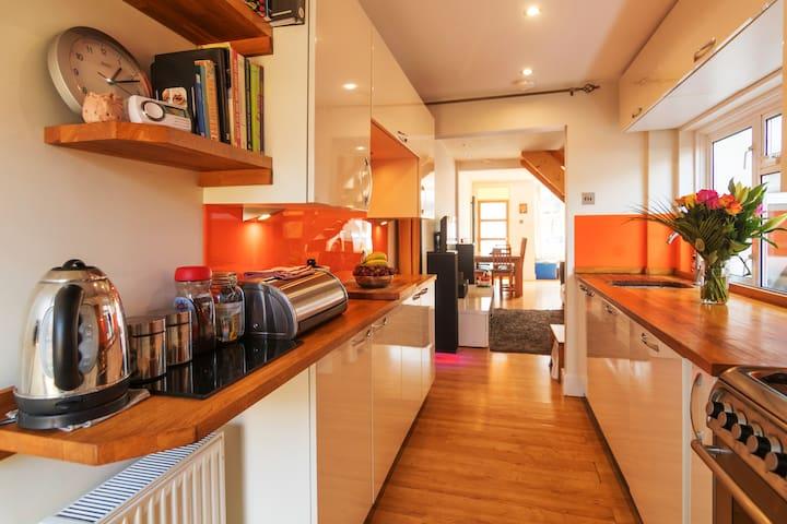 Fully equipped kitchen - dishwasher, washer/dryer, fridge/freezer & microwave