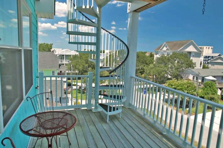 3 Blocks to the beach w/ Ocean views and elevator