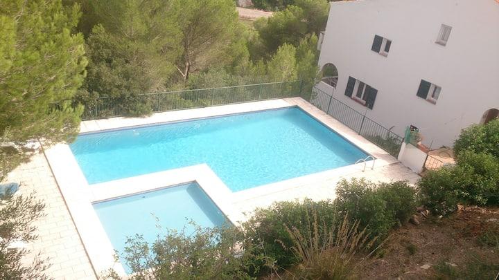 Chalet para ocho personas con piscina y barbacoa.