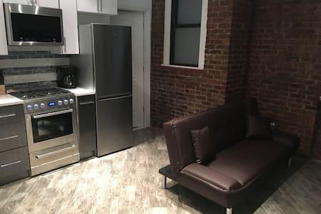 Modern 2 Bed. Apartment - 10 Min. to Manhattan!